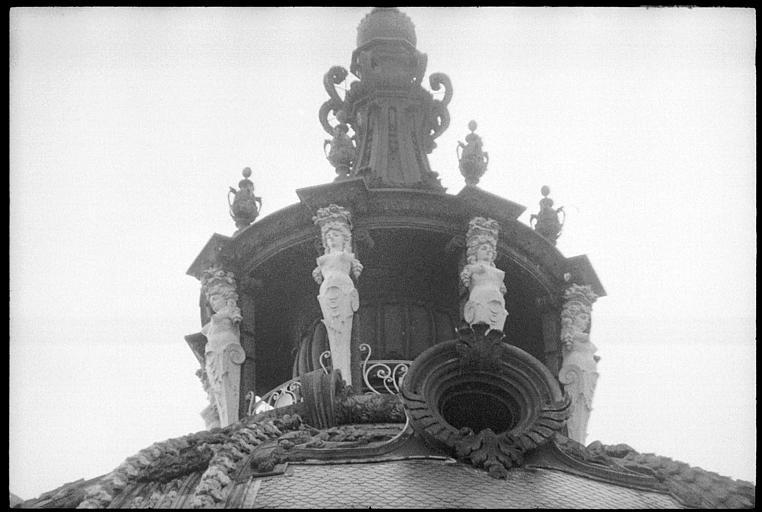 Dôme avec lanternon supporté par des cariatides en gaine sans bras