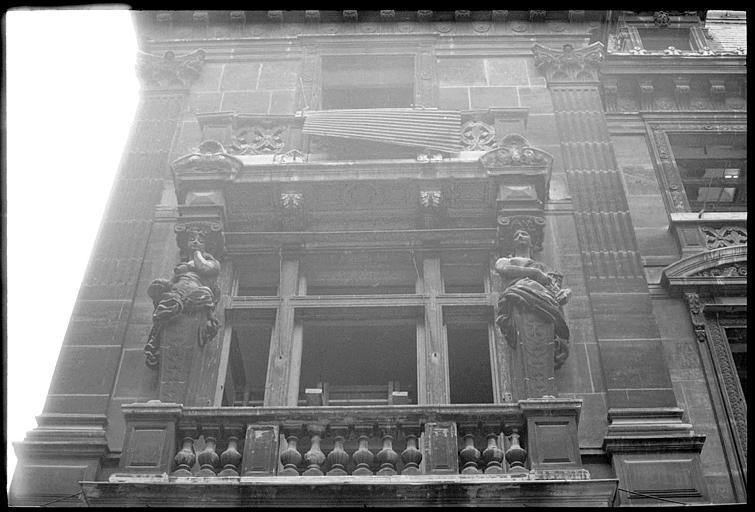 Partie gauche de la façade ornée de cariatides en gaine avec bras