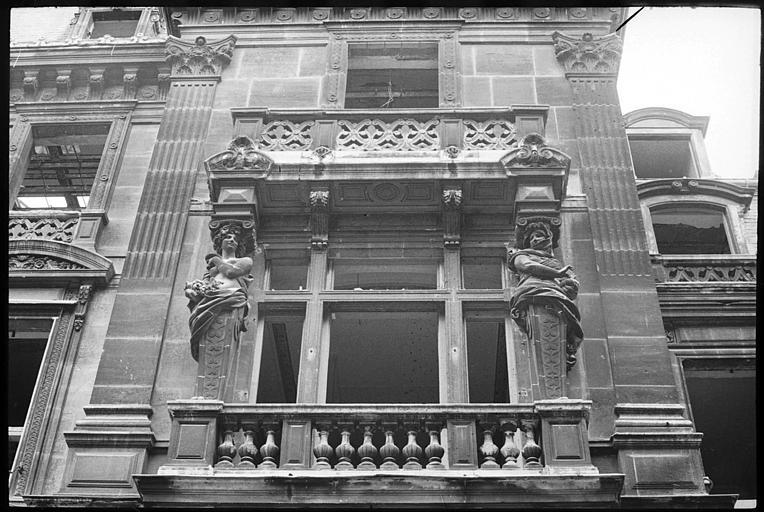 Partie droite de la façade ornée de cariatides en gaine avec bras