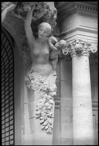 Façade sur jardin ornée de deux cariatides en gaine avec bras : vue rapprochée de la cariatide de droite