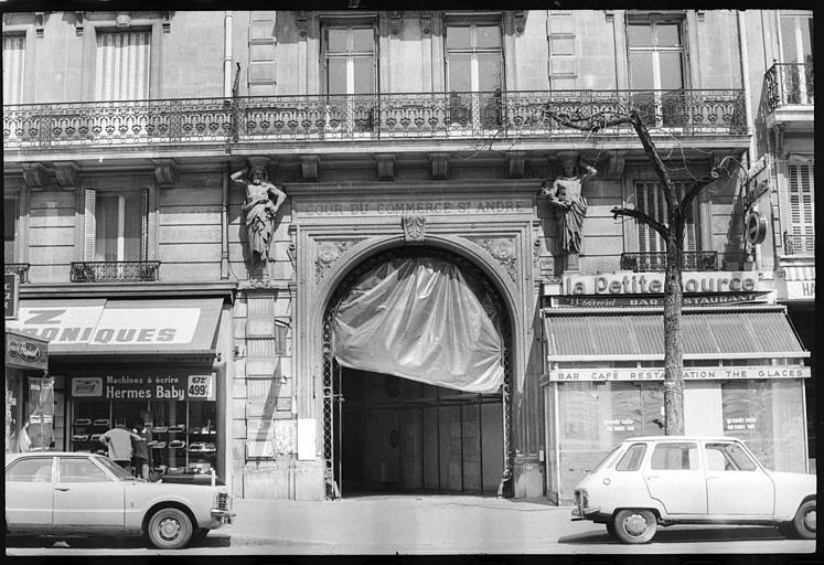 Porche d'entrée de la cour du Commerce-Saint-André, flanqué de deux atlantes en gaine avec bras