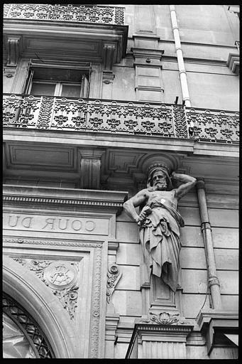 Porche d'entrée de la cour du Commerce-Saint-André, flanqué de deux atlantes en gaine avec bras : vue rapprochée de l'atlante de gauche