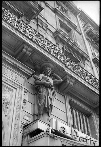 Porche d'entrée de la cour du Commerce-Saint-André, flanqué de deux atlantes en gaine avec bras : vue rapprochée de l'atlante de droite