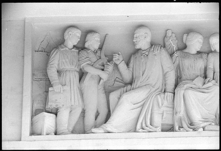 Haut-relief sculpté : scène allégorique