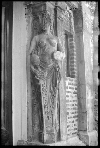 Porte d'entrée flanquée de deux cariatides en gaine avec bras : cariatide de droite