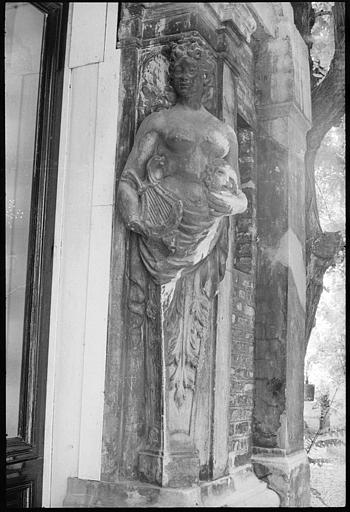 Porte d'entrée flanquée de deux cariatides en gaine avec bras : cariatide de gauche