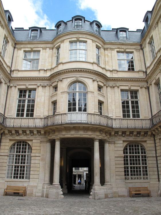 Cour intérieure : façade d'entrée et porche