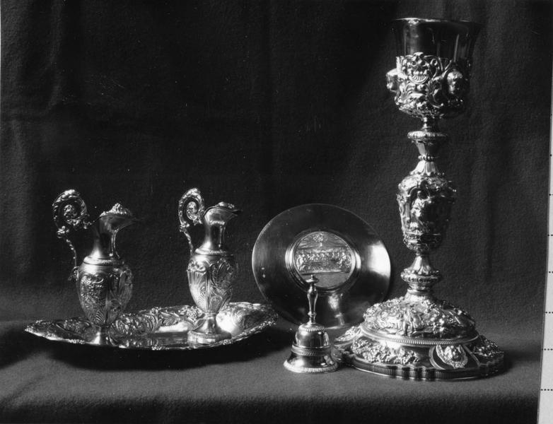 calice, patène, deux burettes, plateau à burettes, sonnette d'autel