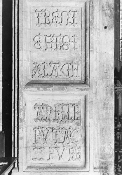 Deux inscriptions pierre, détail