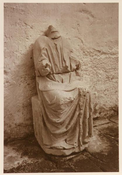 statue : saint assis, la tête est manquante