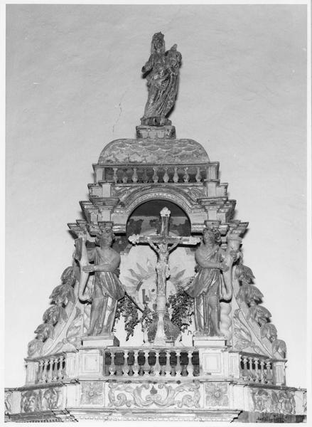 Autel, tabernacle, exposition, croix, statue : Vierge à l'Enfant