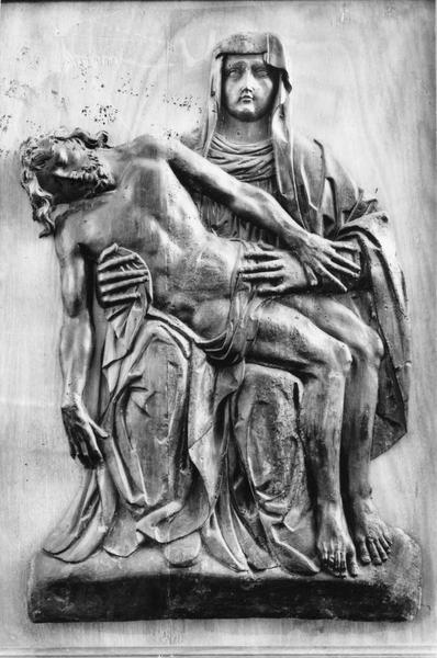 haut-relief : Vierge de Pitié