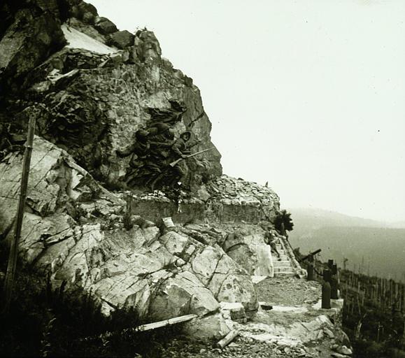Monument à flan de montagne, personnage