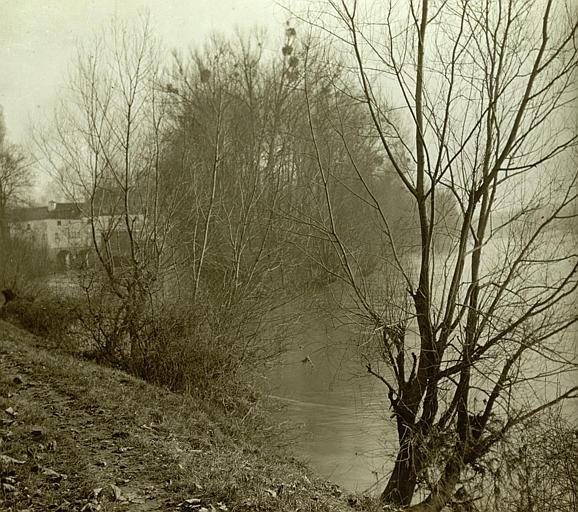 Paysage : berges de la rivière avec le moulin en l'arrière-plan