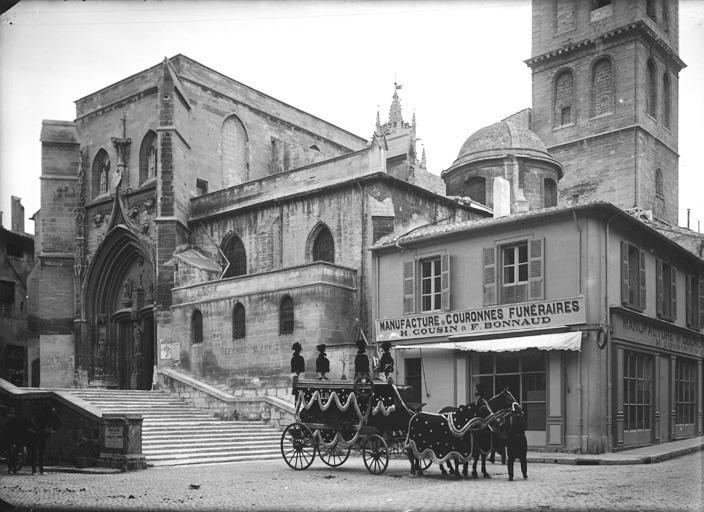 Ensemble ouest de l'église. Corbillard tracté par des chevaux