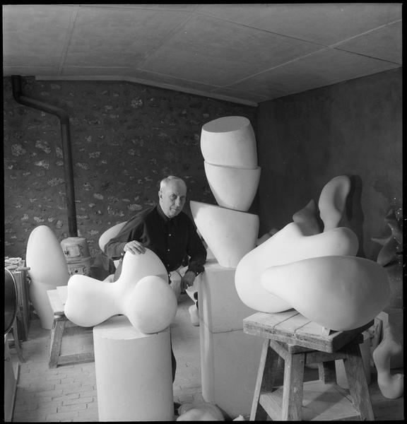 [Portrait de Jean Arp dans son atelier au milieu de ses oeuvres]