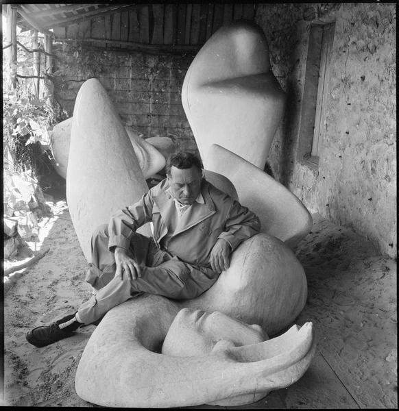 [Portrait de Henri-Georges Adam dans la cour de son atelier assis sur 'La femme endormie']