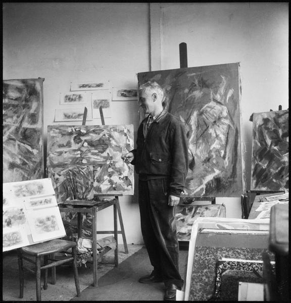 [Portrait de Jean Bazaine dans son atelier au milieu de ses oeuvres]