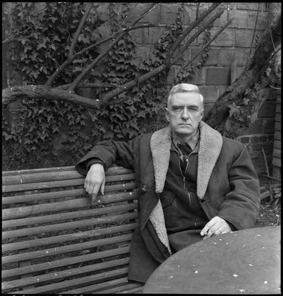 [Portrait de Jean Bazaine assis sur un banc dans son jardin]