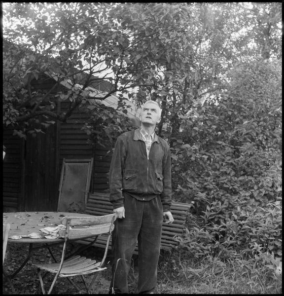 [Portrait de Jean Bazaine dans son jardin]