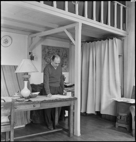 [Portrait de Francisco Borès dans son atelier écrivant au bureau]
