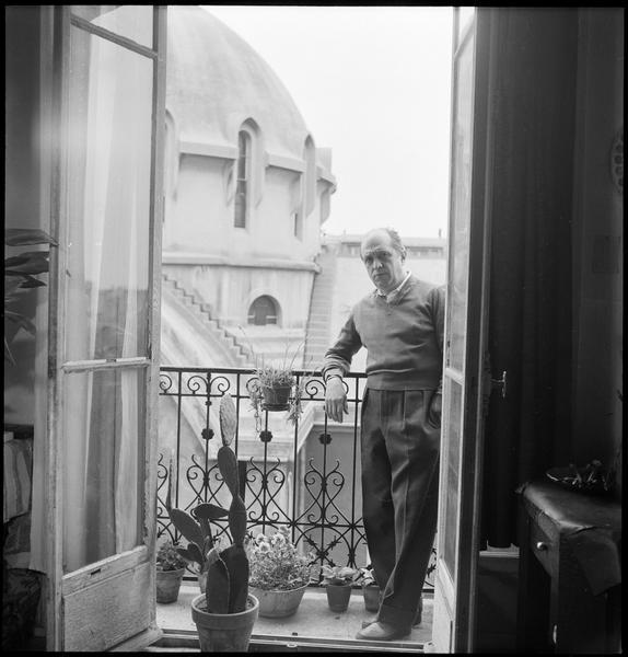 [Portrait de Francisco Borès accoudé au balcon de son atelier donnant sur le dôme de l'église Sainte-Dominique]