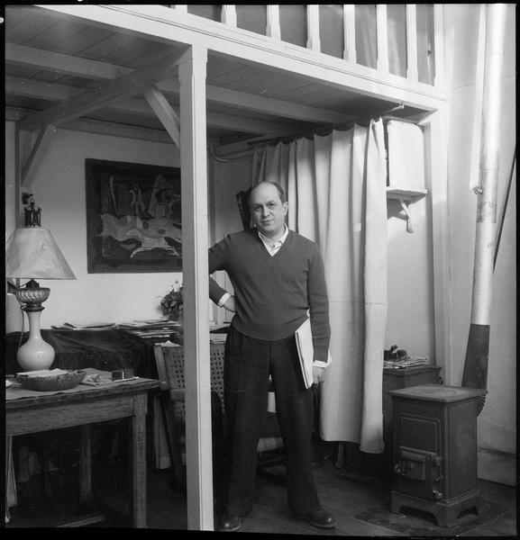 [Portrait de Francisco Borès dans son atelier, un dossier à la main]