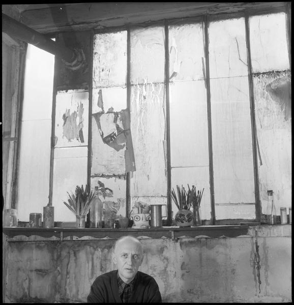 [Portrait de Victor Brauner dans son atelier]