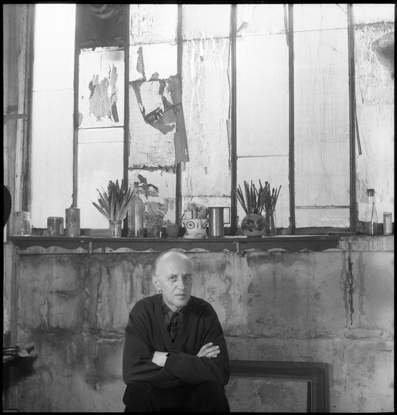 [Portrait de Victor Brauner assis dans son atelier]
