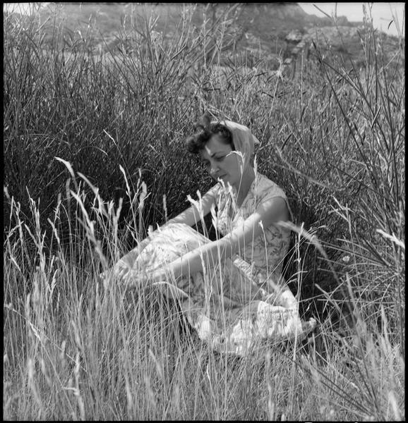 [Portrait de Thérèse Jeanneau assise dans les herbes hautes]
