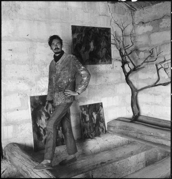 [Portrait de Gérard Cabus dans l'atelier au milieu de ses oeuvres]