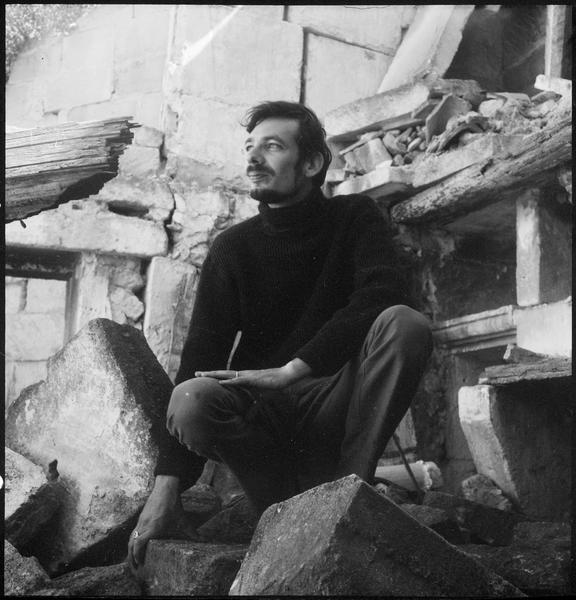 [Portrait de Gérard Cabus accroupi dans les ruines du mas]