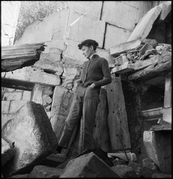 [Portrait de Thérèse Jeanneau dans les ruines du mas]