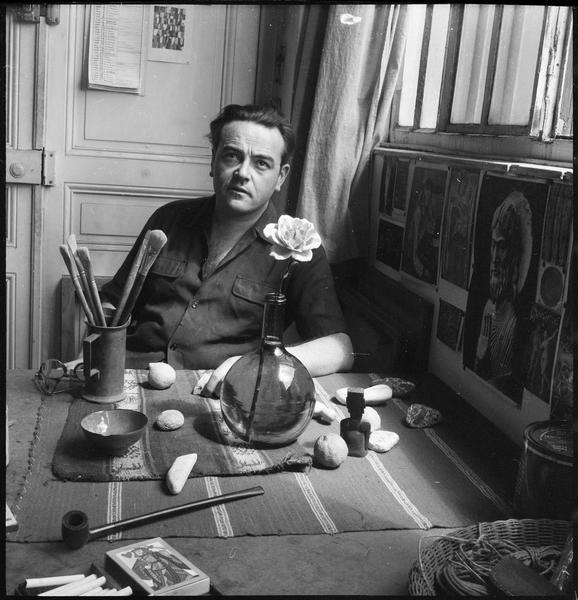 [Portrait de Sergio de Castro assis dans son atelier]