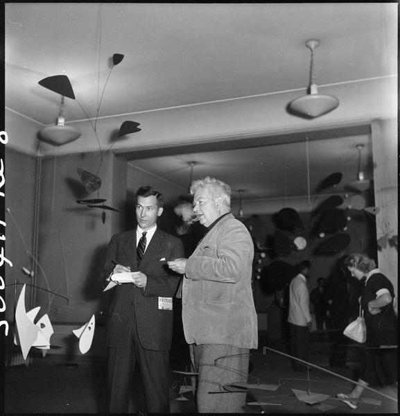 [Exposition Alexander Calder, juillet 1950 : Alexander Calder répondant à un journaliste]