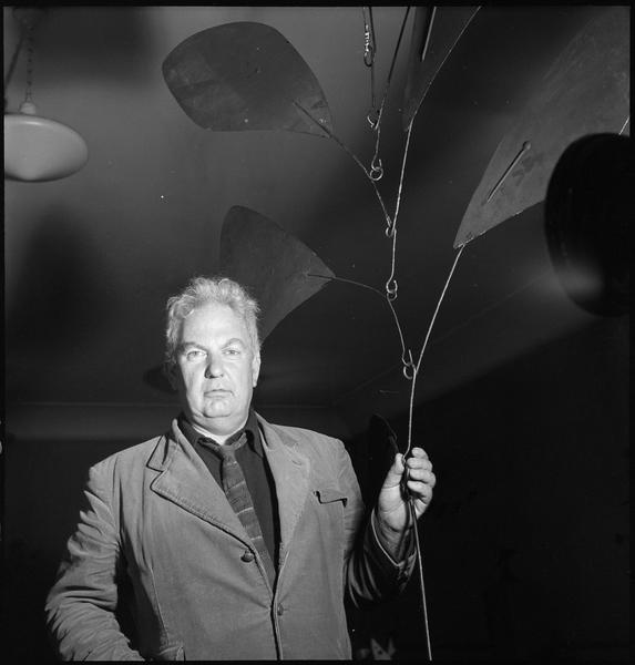 [Exposition Alexander Calder, juillet 1950 : Alexander Calder à côté d'un mobile]