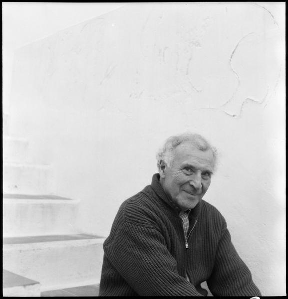 [Portrait de Marc Chagall assis sur les marches de sa maison]