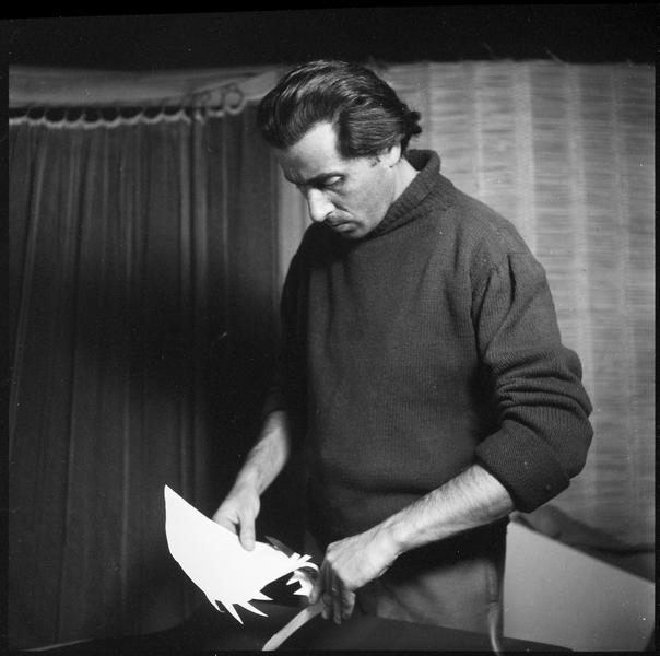 [Portrait de Marc Cavell dans son atelier réalisant un découpage pour une création textile]
