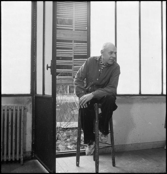 [Portrait de Jean Dubuffet assis dans son atelier]