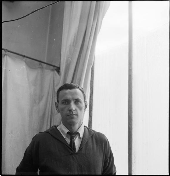 [Portrait de Bernard Dufour dans son atelier]