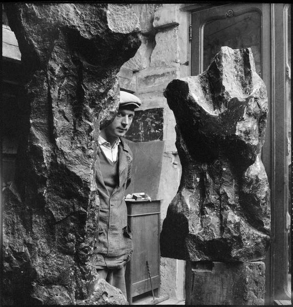 [Portrait d'Eugène Dodeigne dans son atelier au milieu de ses oeuvres]