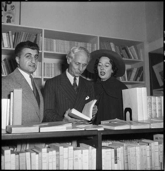 [Exposition Max Ernst, janvier à février 1950 : Bernard Gheerbrant (fondateur de La Hune), Max Ernst et Dorothea Tanning lors du vernissage]