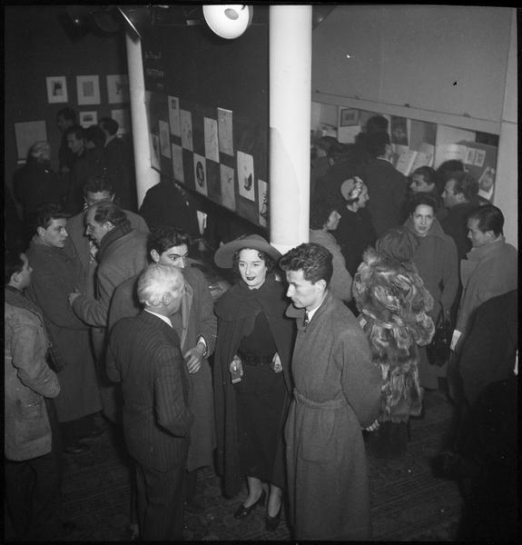 [Exposition Max Ernst, janvier à février 1950 : Max Ernst et Dorothea Tanning (au centre) lors du vernissage]