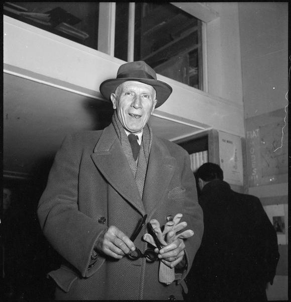 [Exposition Max Ernst, janvier à février 1950 : Henri-Pierre Roché lors du vernissage]