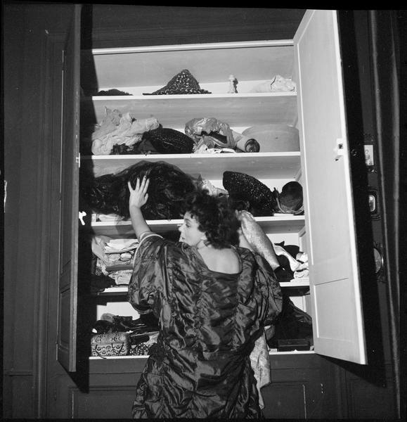 [Portrait de Leonor Fini face à des étagères]