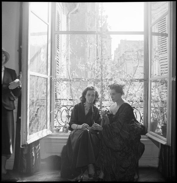 [Portrait de Leonor Fini et Leonora Carrington assises face à la fenêtre]