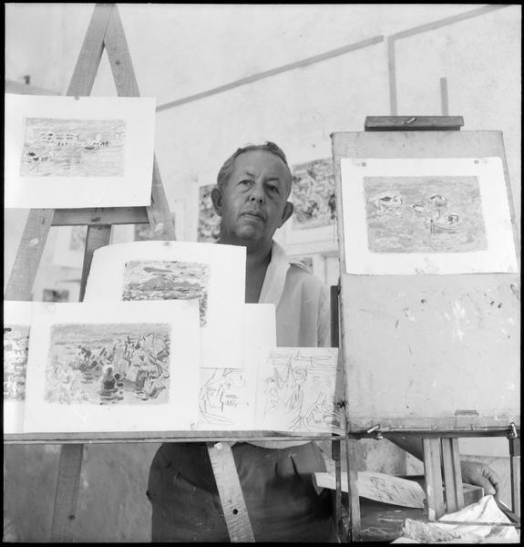 [Portrait d'Alexandre Garbell dans son atelier au milieu de ses oeuvres]