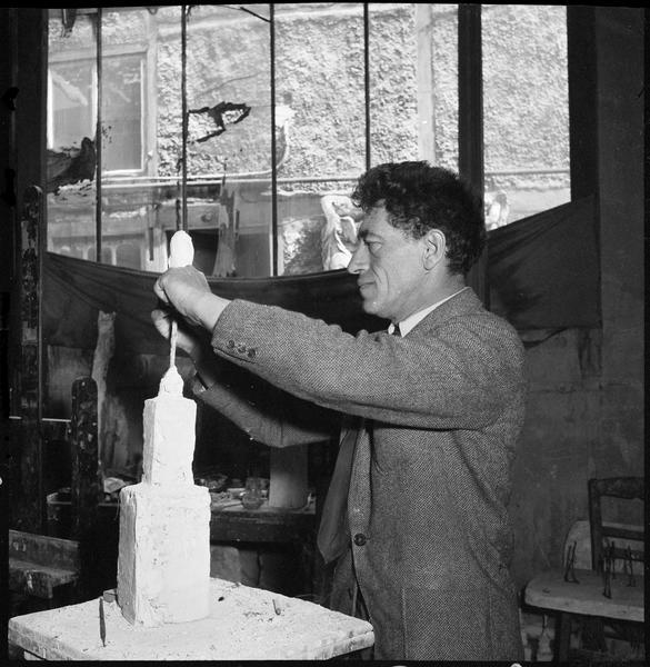 [Portrait d'Alberto Giacometti dans son atelier sculptant un buste]