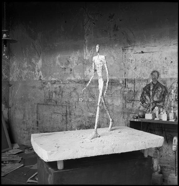 [Sculpture d'Alberto Giacometti dans son atelier : 'Homme qui marche']