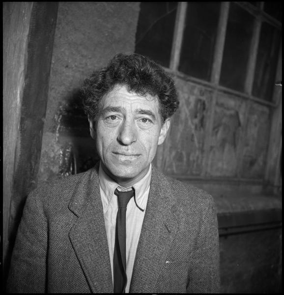[Portrait d'Alberto Giacometti devant son atelier]